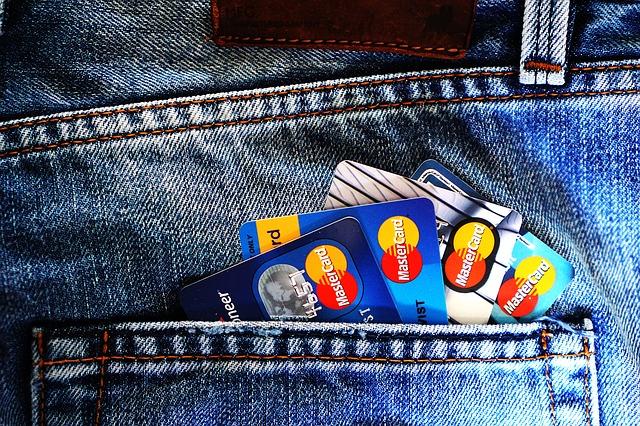karty v džínách