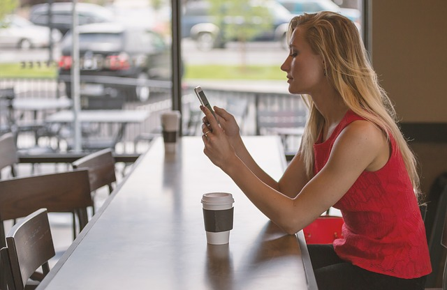 žena káva, mobil