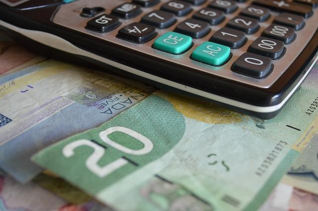 peníze pod kalkulačkou