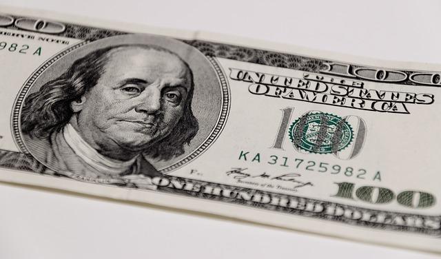 dolarová bankovka s Franklinem.jpg