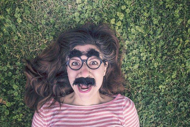 žena ve vtipných brýlích s obočím a knírkem