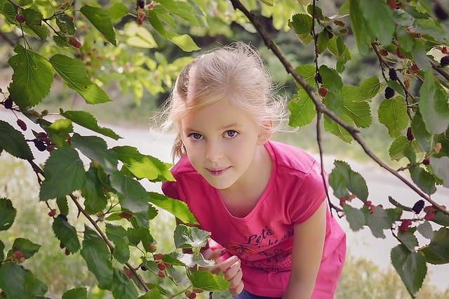 holčička u ovocného stromu